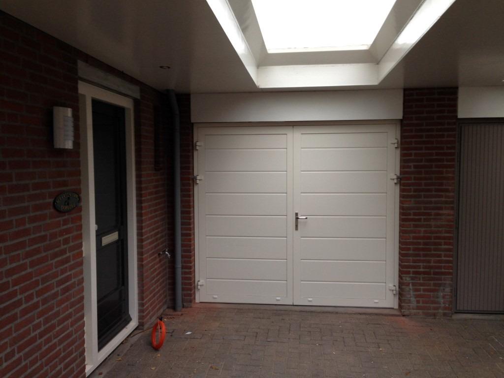 Openslaande garagedeur en loopdeur in zelfde stijl - Deur kast garagedeur ...