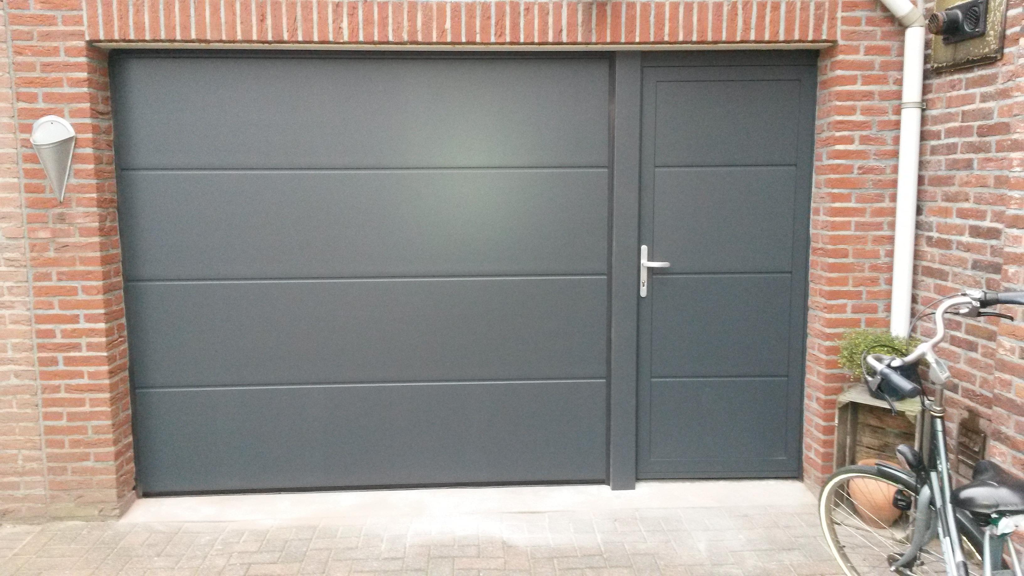 Garagedeur met naastliggende loopdeur different doors - Deur kast garagedeur ...
