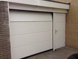 sectionaal-garagedeur-RAL-9001-met-loopdeur