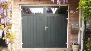 openslaande-garagedeur-verticaal-glas-groen