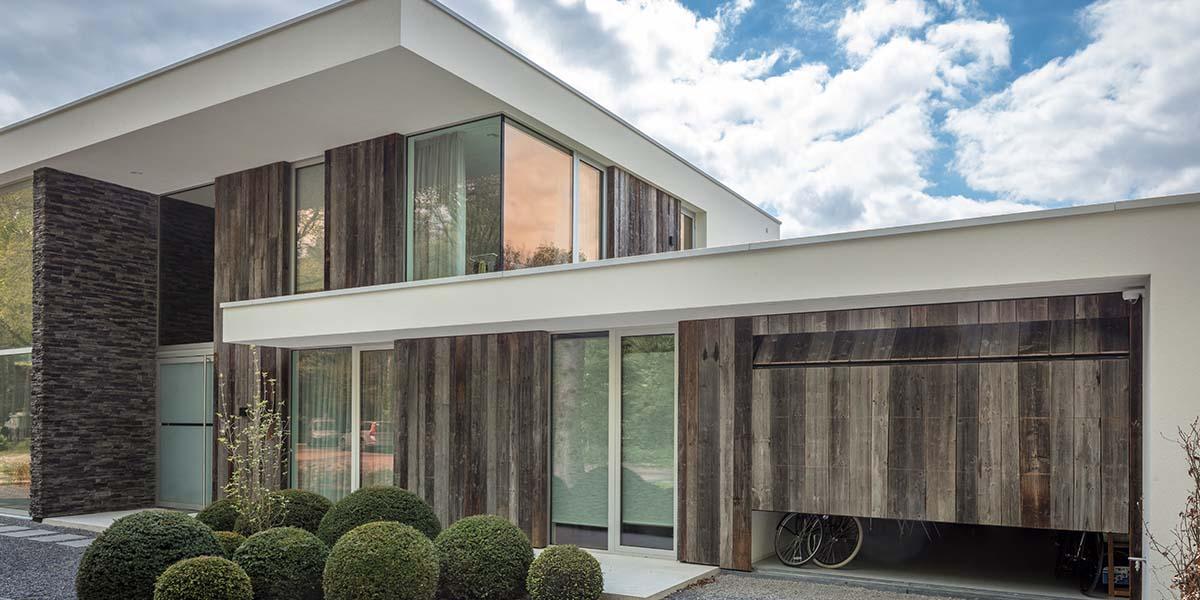 barnwood-houten-garagedeur-geïntegreerd-in-de-wand-1