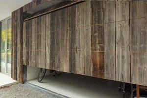 barnwood-houten-garagedeur-geïntegreerd-in-de-wand-2