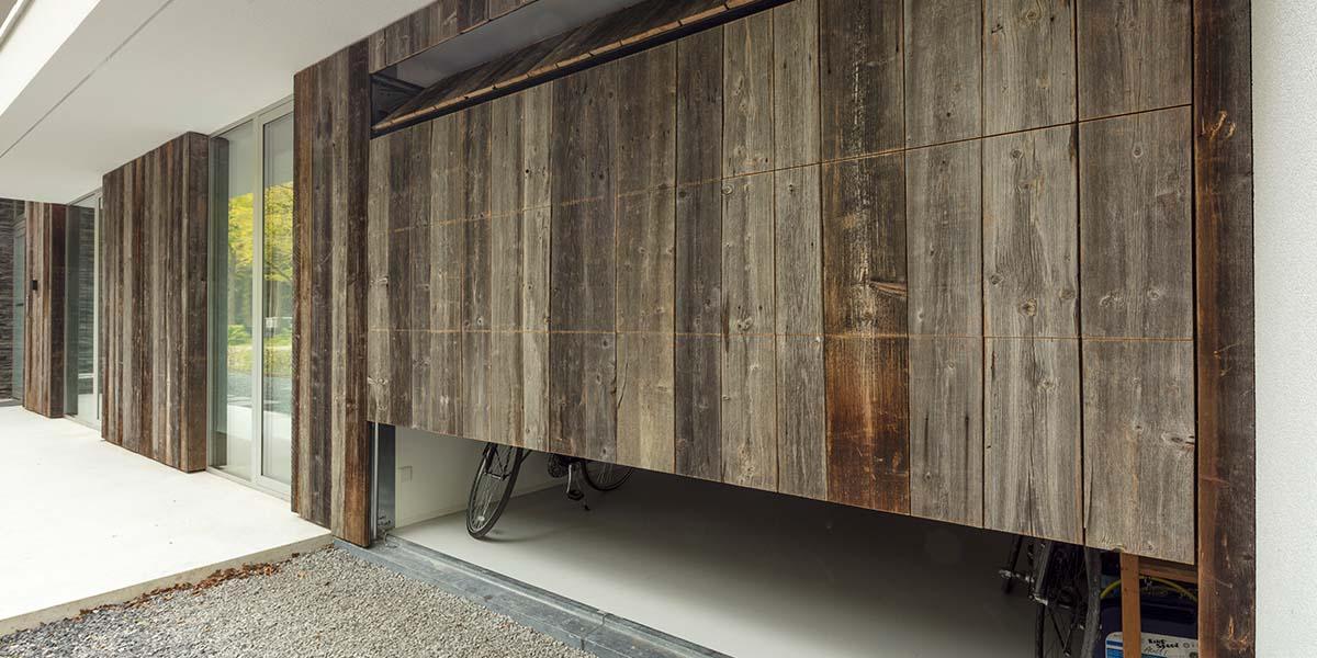 barnwood-houten-garagedeur-geïntegreerd-in-de-wand-7
