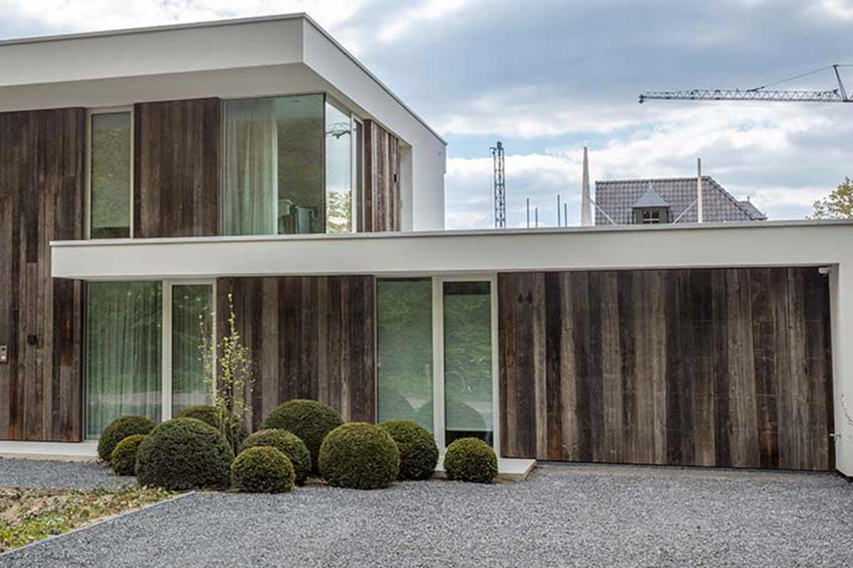 barnwood-houten-garagedeur-geïntegreerd-in-de-wand1